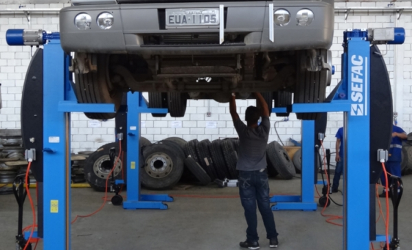 Lifting equipment for heavy duty vehicles